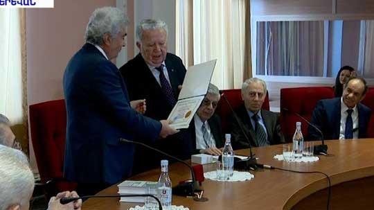 Ռադիկ Մարտիրոսյանը գիտնական Գագիկ Հարությունյանին պարգևատրել է ոսկե մեդալով