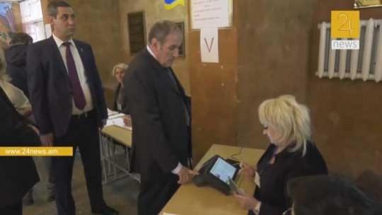 Դժվարությամբ, բայց Լևոն Տեր-Պետրոսյանը քվեարկեց