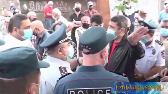 Լարված իրավիճակ հնամաշ  իրերի շուկայում. ոստիկանները փորձել են հեռացնել առևտրականներին
